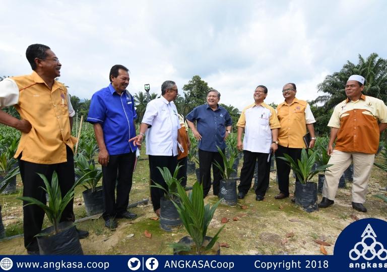 Koperasi Peserta-Peserta Rancangan Felcra Kampung Rasau Slim River Palm Nursery Project Handover Ceremony